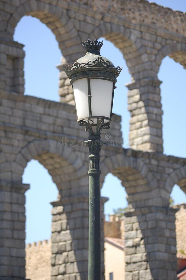 街灯和渡槽在塞戈维亚,西班牙 免版税库存照片