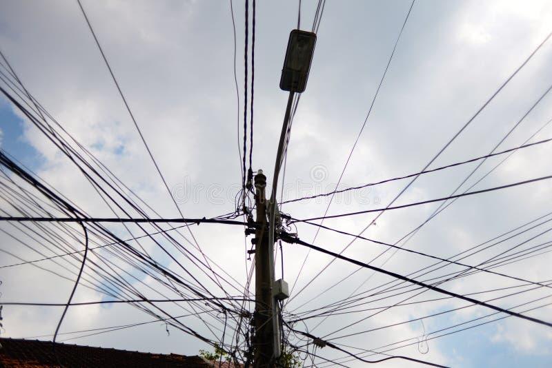 街灯和电子杆连接用在天空背景前面的导线 免版税图库摄影
