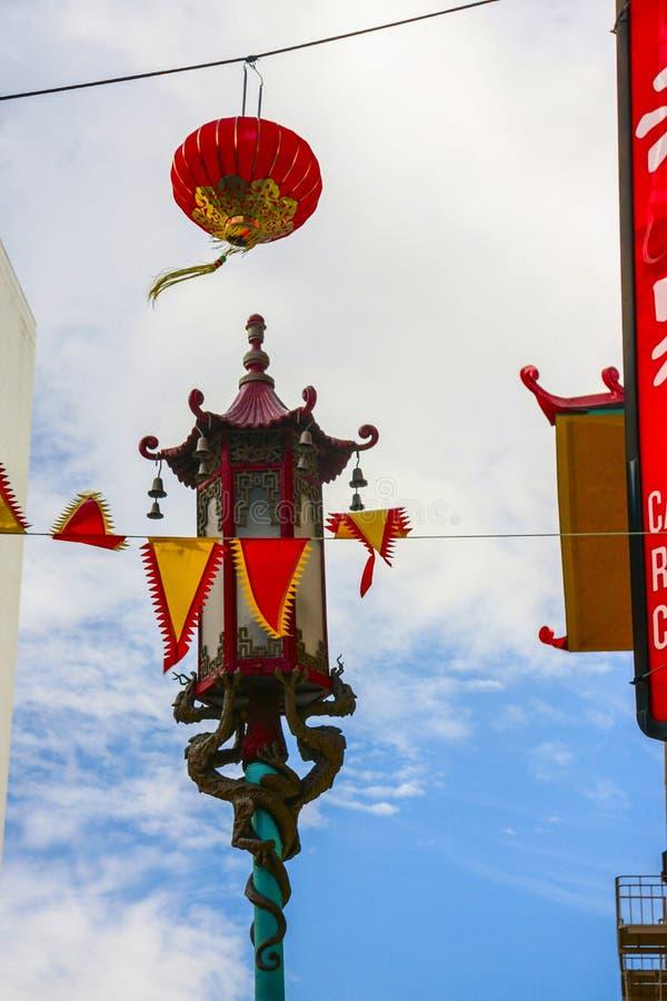 街灯和红色纸灯在中国镇区 库存照片