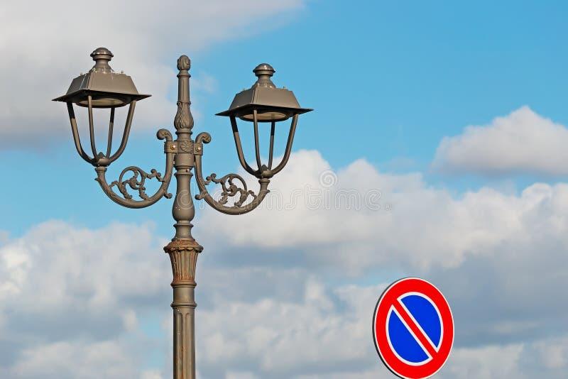 街灯和路标 免版税图库摄影