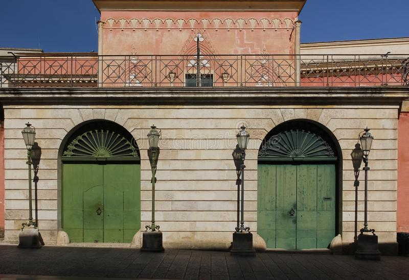 街灯和门 马泰拉 普利亚或普利亚 意大利 免版税库存照片