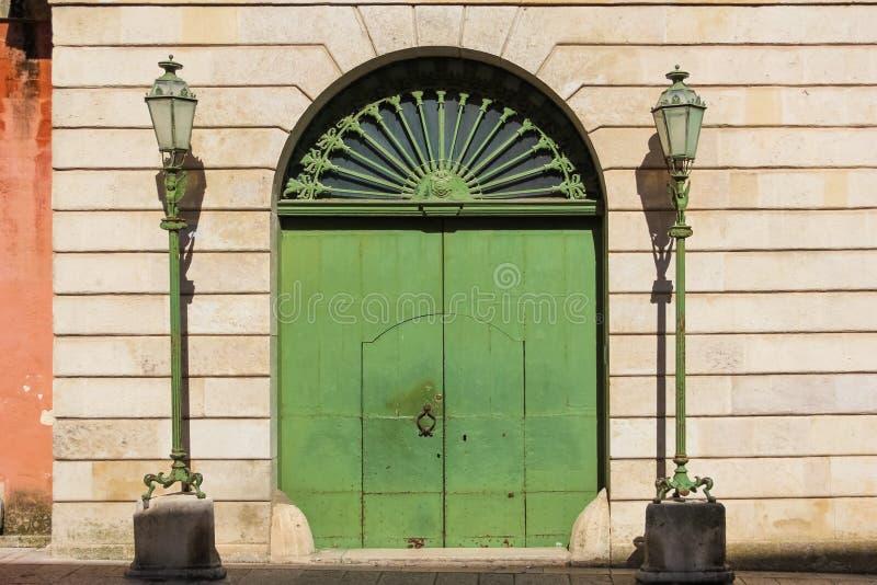 街灯和门 马泰拉 普利亚或普利亚 意大利 图库摄影