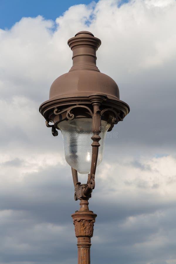街灯在反对天空的巴黎 免版税库存照片