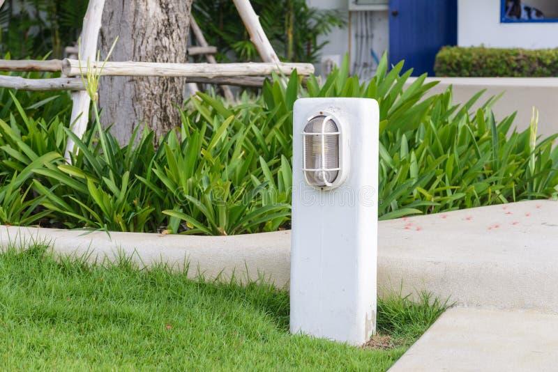 街灯在庭院里 免版税图库摄影