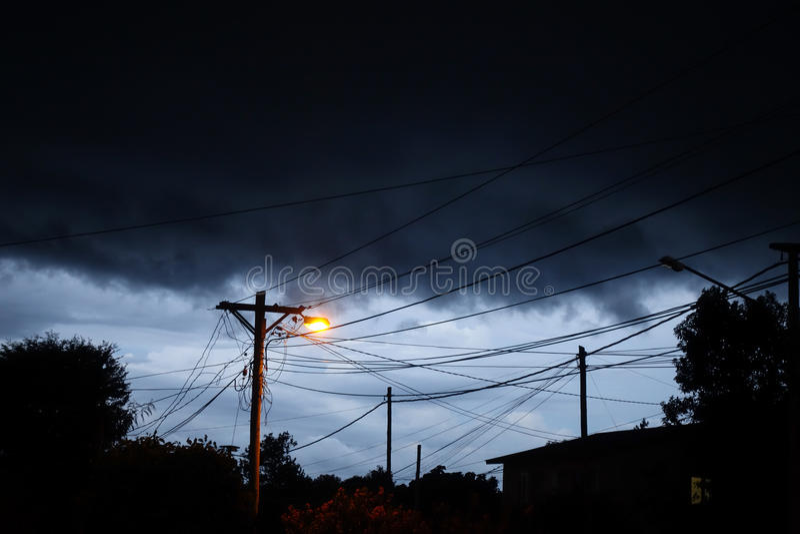 街灯在晚上有风雨如磐的天空背景 免版税图库摄影
