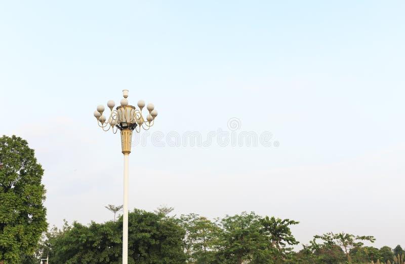 街灯在蓝天背景,在杆顶部的路灯的灯岗位 免版税库存图片