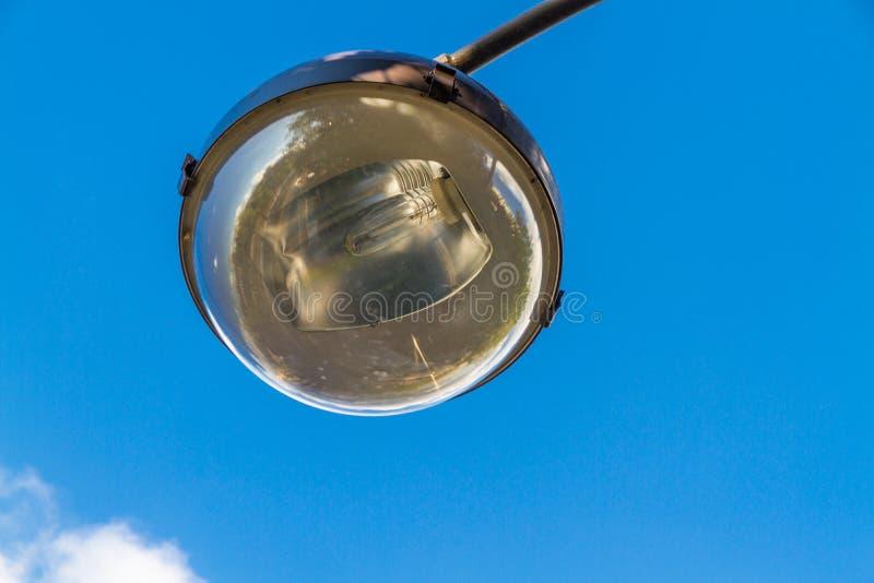 街灯电灯泡和反射器反对天空的 库存图片