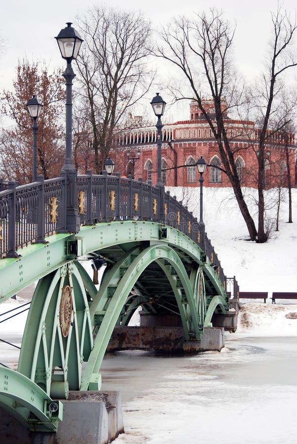 街灯装饰的桥梁在Tsaritsyno公园在莫斯科 免版税库存图片