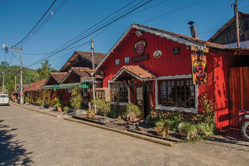 街道、五颜六色的房子和蓝天看法在Maringà ¡ 库存图片