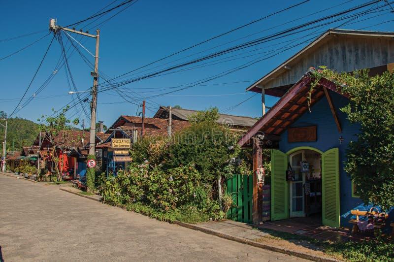 街道、五颜六色的房子和蓝天看法在Maringà ¡ 免版税图库摄影