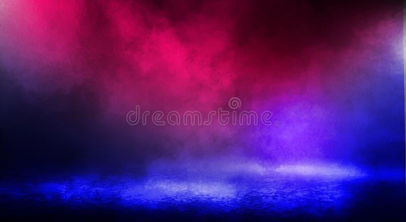 街道、大雾,聚光灯,蓝色和红色氖的黑暗的背景 免版税图库摄影