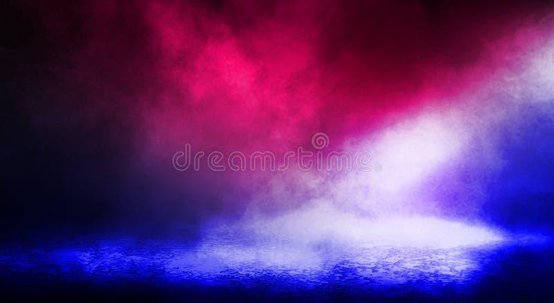 街道、大雾,聚光灯,蓝色和红色氖的黑暗的背景 免版税库存照片