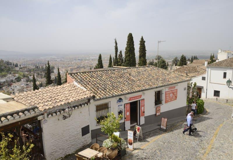 街道下坡在Albaicin 免版税图库摄影