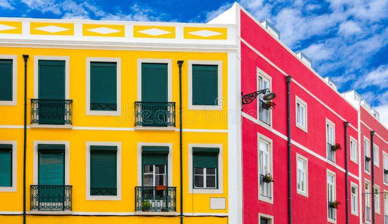 街道与五颜六色的传统房子的透视图 E 里斯本历史的中心,葡萄牙五颜六色的大厦  库存照片