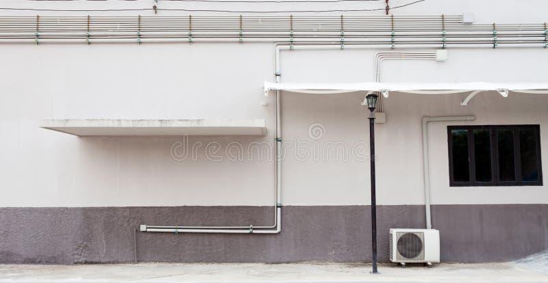 街道与窗口的墙壁背景在现代大厦 免版税库存图片