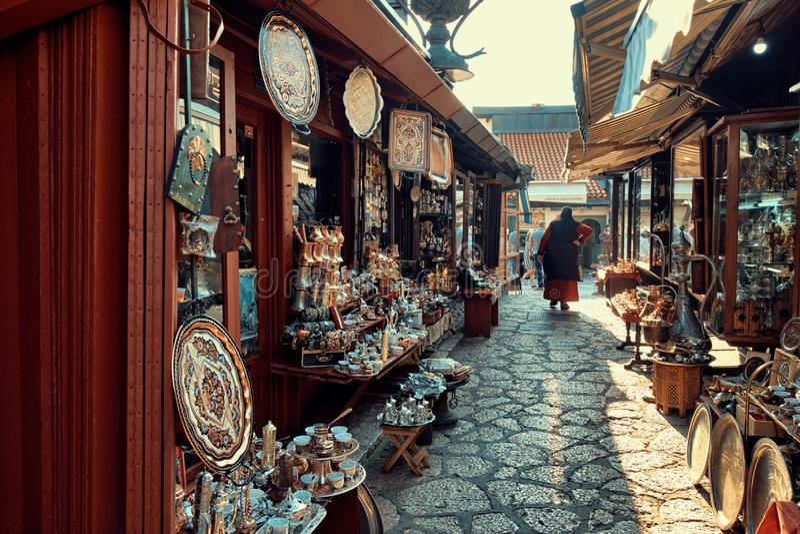 街道义卖市场在老萨拉热窝,波斯尼亚黑塞哥维那 免版税图库摄影