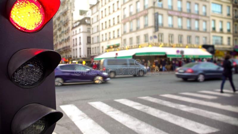 街道交通的红灯,行人交叉路路,高峰时间自白天 库存照片