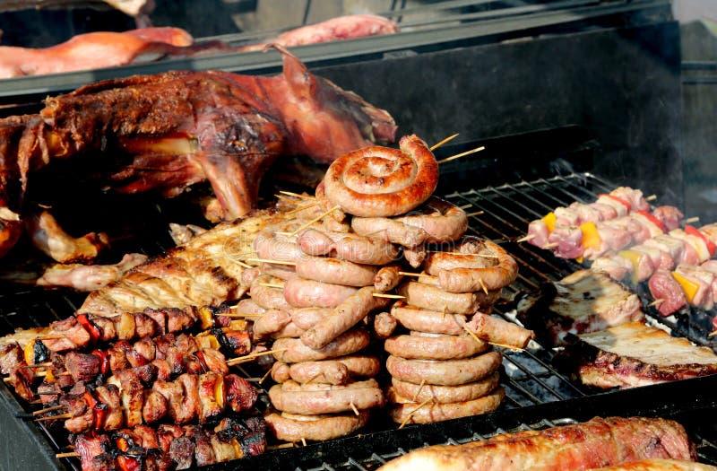 街道卖与串和香肠的食物摊位猪肉 免版税库存图片