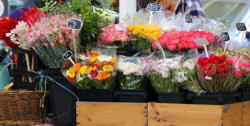 街道卖花人在南法国,在戛纳大街的五颜六色的鲜花  免版税图库摄影