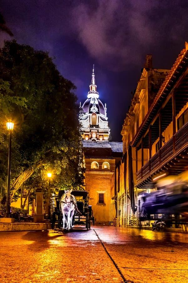 街道和圣卡塔利娜de Alejandria Cathedral在晚上-卡塔赫钠de Indias,哥伦比亚 库存照片