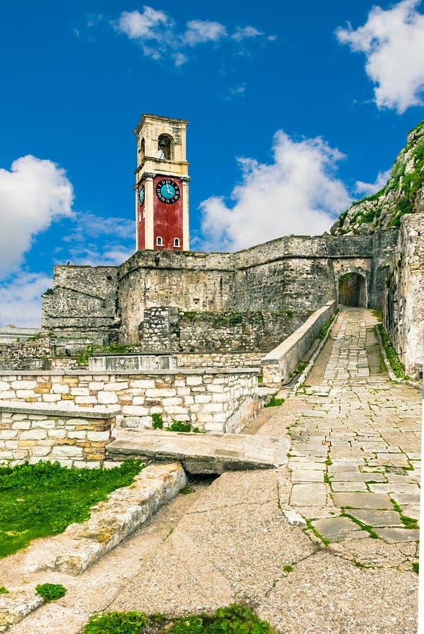 街道和老钟楼在钟楼在老堡垒, Kerkyra,科孚岛,希腊 库存照片