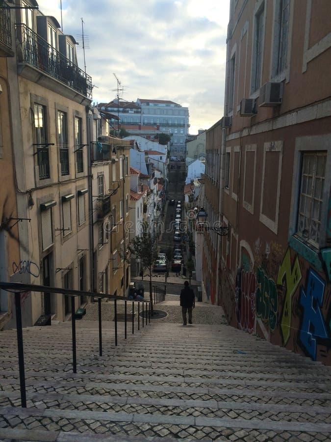 街道和陡峭的台阶,里斯本葡萄牙 免版税库存照片