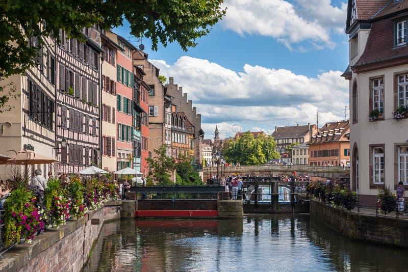 街道和水运河小的法国在史特拉斯堡 改变 免版税库存图片