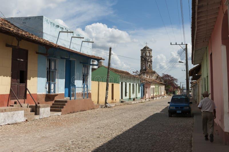 街道在住宅区安置建筑学在特立尼达,古巴 库存照片