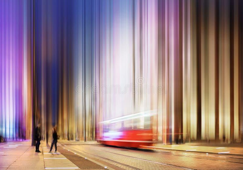 街道在卡托维兹,波兰的中心 老和新的大厦,在行动的电车在晚上 库存图片