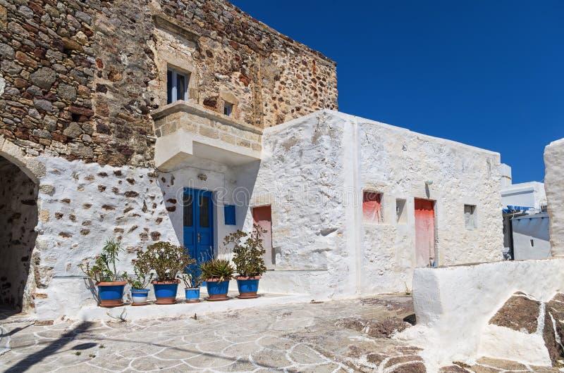 街道在基莫洛斯岛海岛,基克拉泽斯,希腊 免版税库存照片