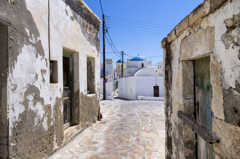 街道在基莫洛斯岛海岛,基克拉泽斯,希腊 免版税库存图片