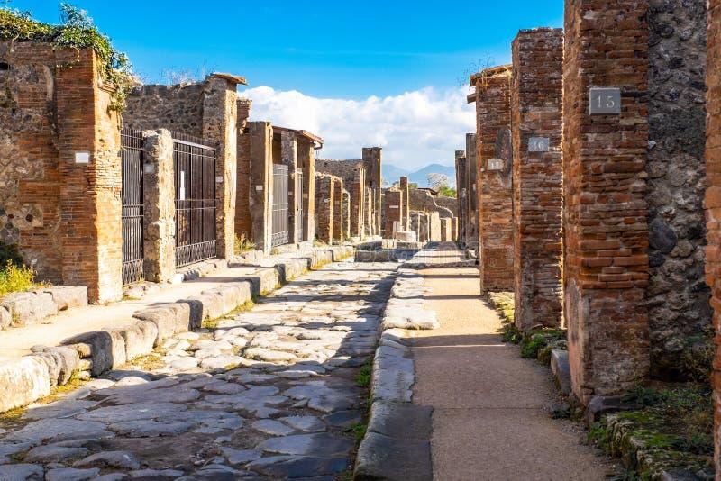 街道在庞贝城,古老罗马城市,毁坏被维苏威火山的爆发,那不勒斯,意大利 免版税库存照片