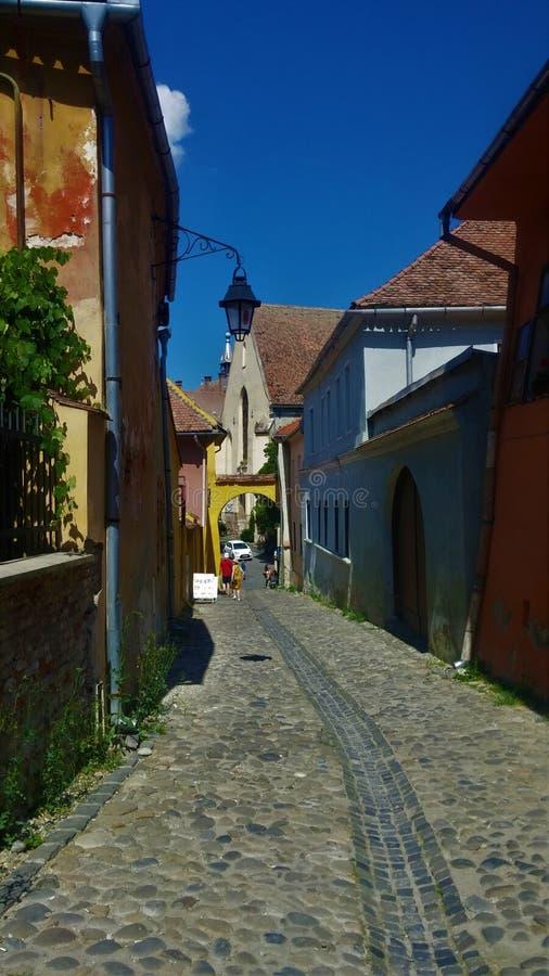 街道在有五颜六色的房子的一个村庄 库存照片