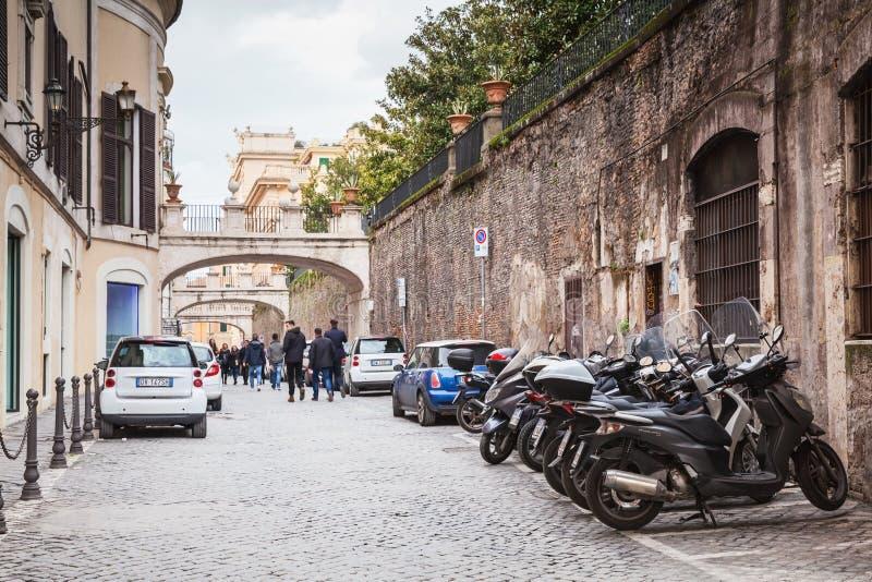 街道在有停放的汽车和摩托车的老罗马 免版税库存图片