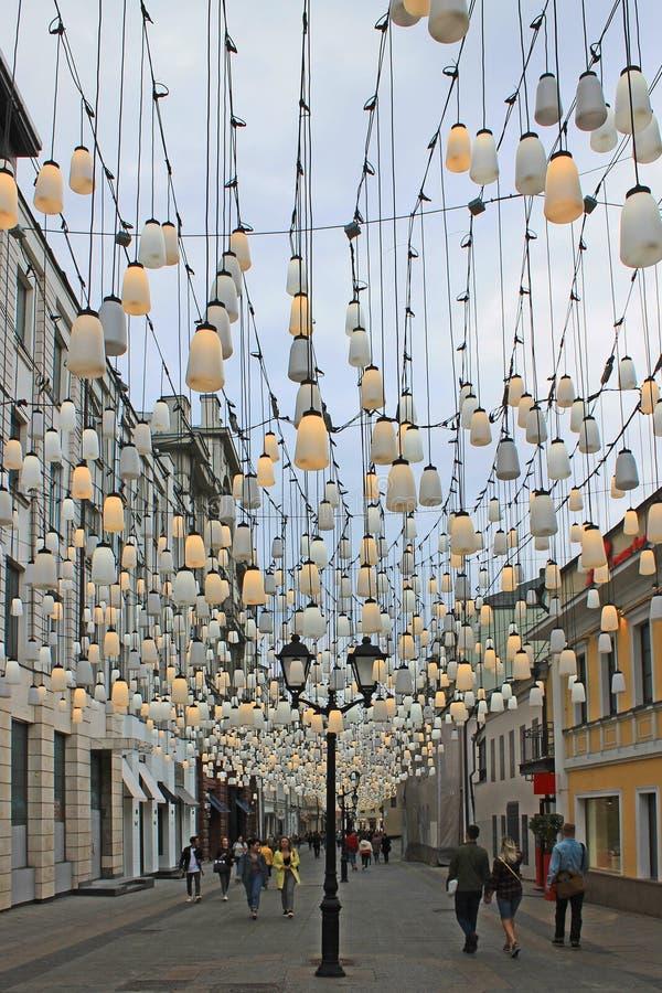 街道在有灯笼和五颜六色的诗歌选的莫斯科俄罗斯 免版税库存照片