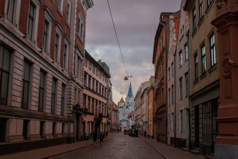 街道在老镇里加,导致白色教会 库存照片