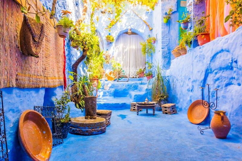 街道在蓝色城市麦地那在舍夫沙万,摩洛哥,非洲 免版税库存照片