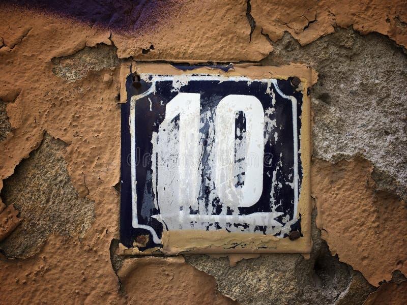 街道地址的数字葡萄酒难看的东西正方形金属生锈的板材与数字的 库存照片