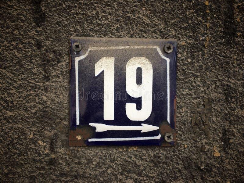 街道地址的数字葡萄酒难看的东西正方形金属生锈的板材与数字的 免版税图库摄影