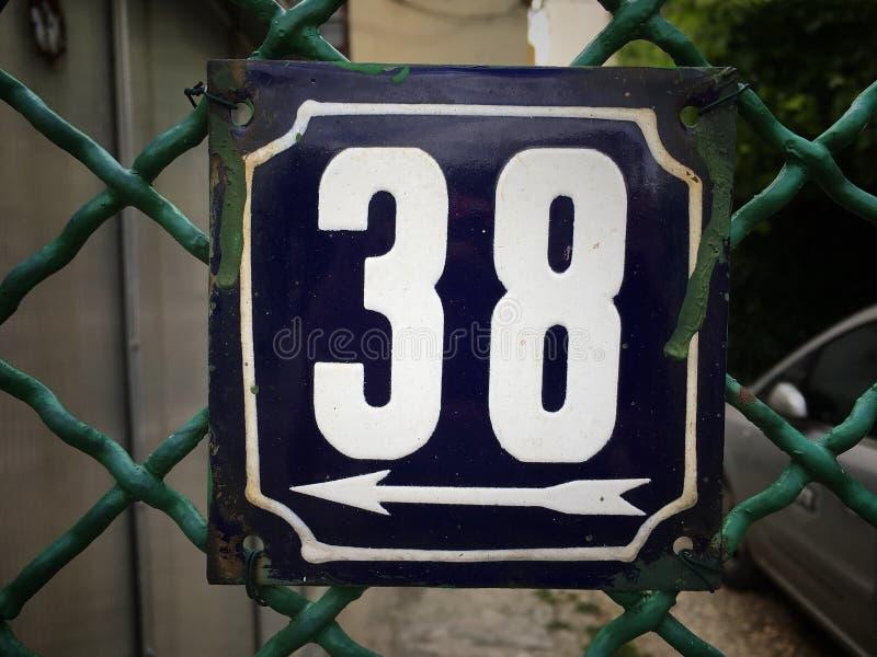 街道地址的数字葡萄酒难看的东西正方形金属生锈的板材与数字的 库存图片