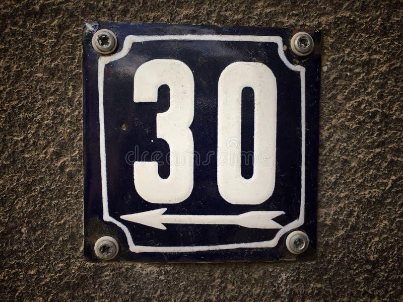 街道地址的数字葡萄酒难看的东西正方形金属生锈的板材与数字的 图库摄影