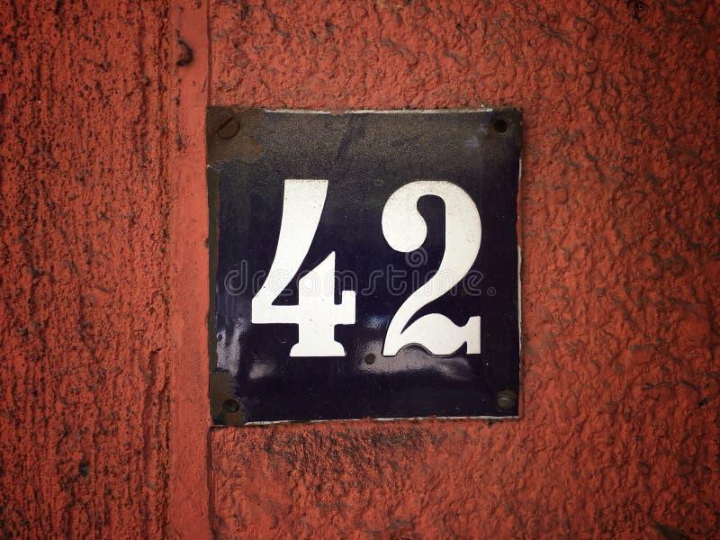 街道地址的数字葡萄酒难看的东西正方形金属生锈的板材与数字的 免版税库存图片