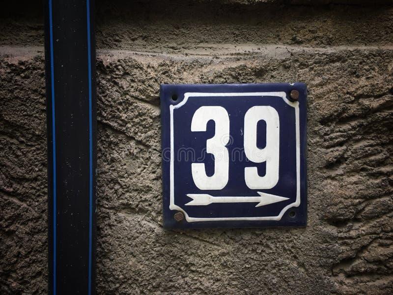 街道地址的数字葡萄酒难看的东西正方形金属生锈的板材与数字的 免版税库存照片