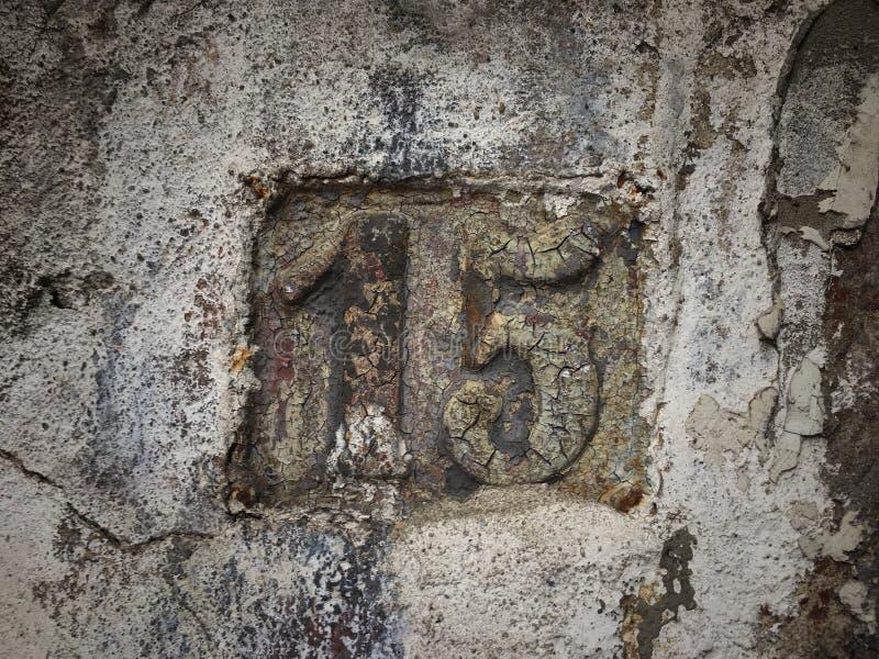 街道地址的数字葡萄酒难看的东西正方形金属生锈的板材  图库摄影