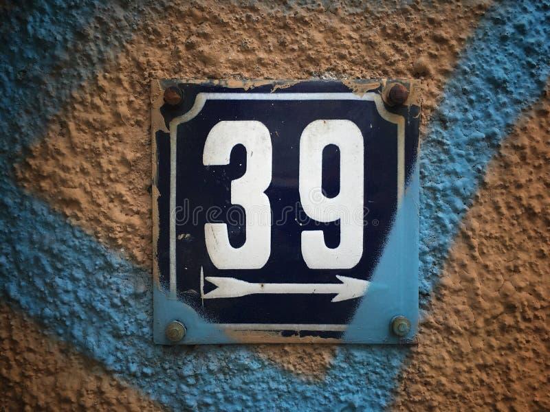 街道地址的数字葡萄酒难看的东西正方形金属生锈的板材  免版税图库摄影