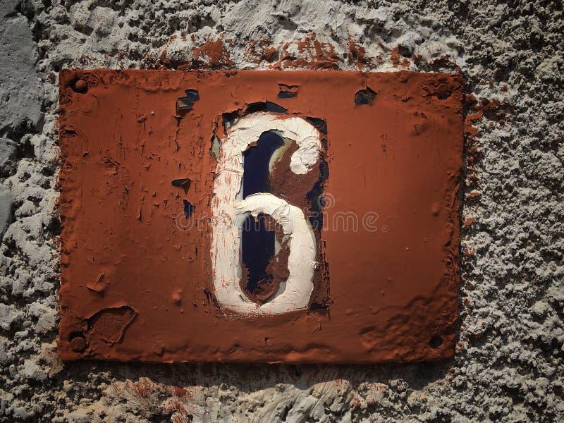 街道地址的数字葡萄酒难看的东西正方形金属生锈的板材  库存照片
