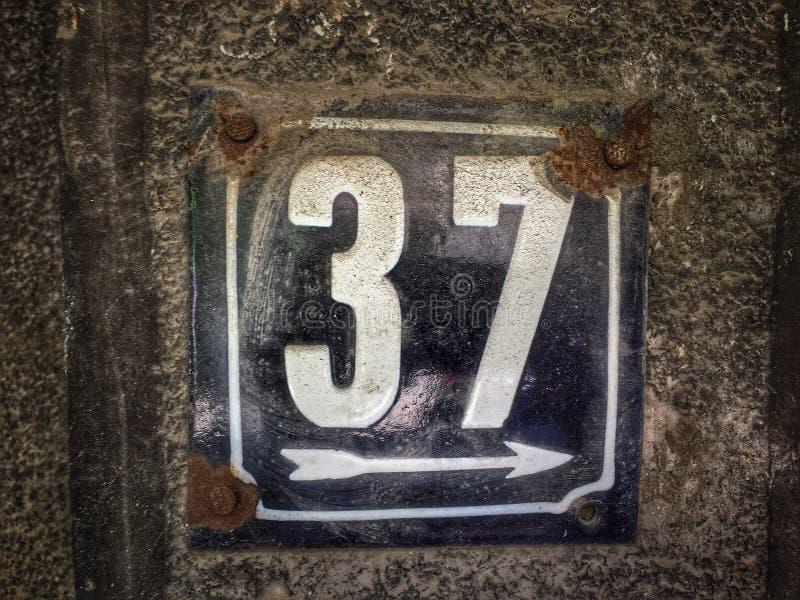 街道地址的数字葡萄酒难看的东西正方形金属生锈的板材  免版税库存照片