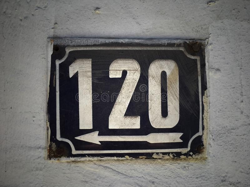 街道地址的数字葡萄酒难看的东西正方形金属生锈的板材  库存图片