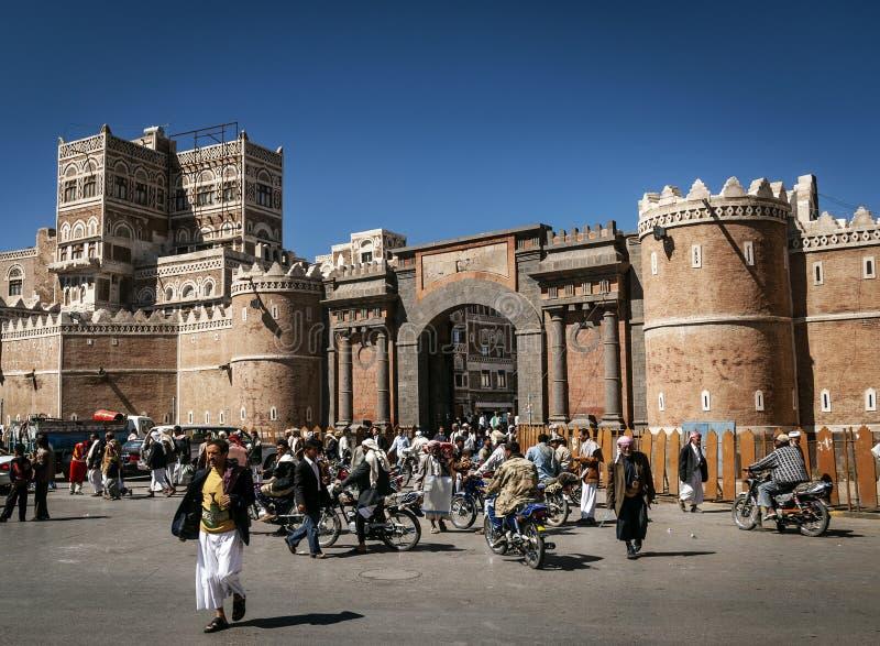 街道场面和大厦在萨纳也门老镇  免版税库存图片