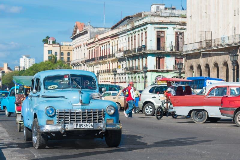 街道场面在一美好的天在哈瓦那旧城 免版税库存照片